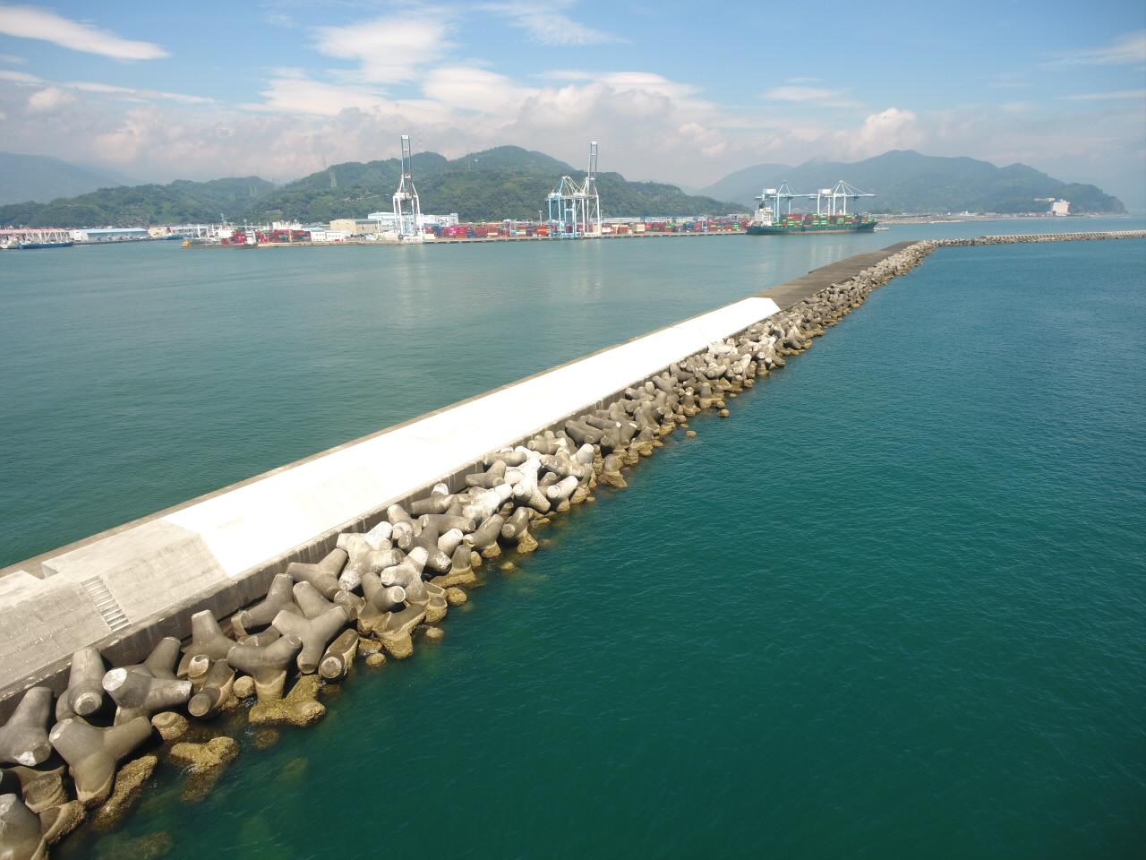 清水港外港防波堤(改良)上部工事