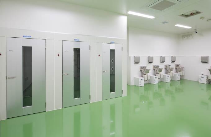 医薬品・食品・飲料などの保管・流通加工においては、徹底管理された環境条件と質の高い作業空間が求められます。数々の工場や流通加工施設建設の実績から、製品の特性とお客様の作業内容に合わせ、より良いクリーンルームをご提案します。
